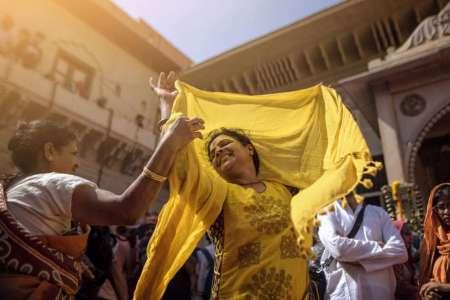 Celebración de Holi en Vrindāvan, India. FOTOGRAFÍA DE SABBYY SG
