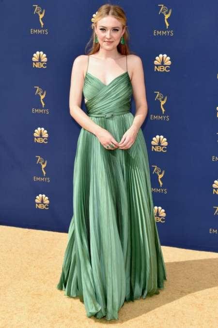 Dakota Fanning, muy favorecida con un alta costura verde esmeralda de Dior.