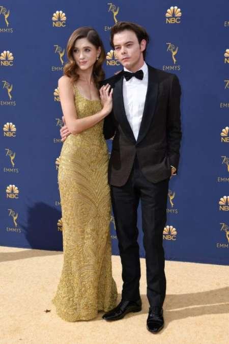 Charlie Heaton y Natalia Dyer, ella eligió un vestido dorado de Dolce & Gabbana.