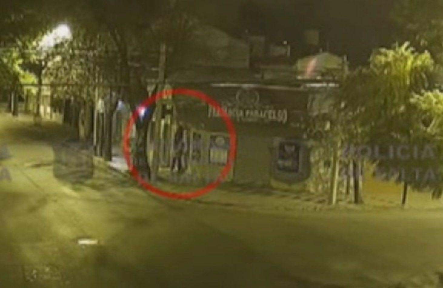 Capturan a delincuentes que treparon una pared para robar una farmacia