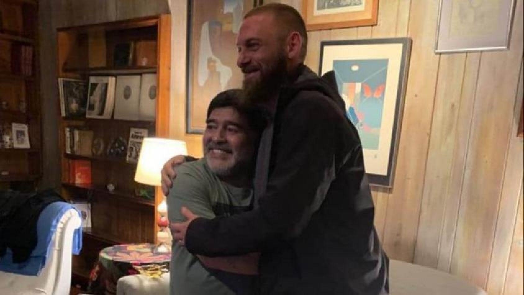 Emotivo encuentro entre Maradona y De Rossi