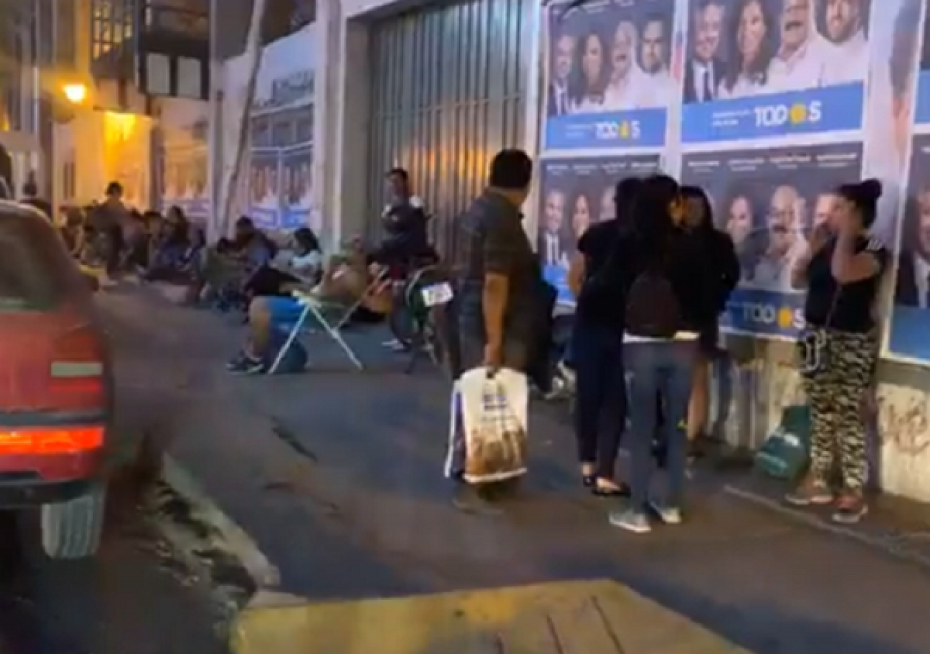 """Salteños acampan afuera de un colegio para inscribir a sus hijos: """"No todos tienen suerte"""" [VIDEO]"""
