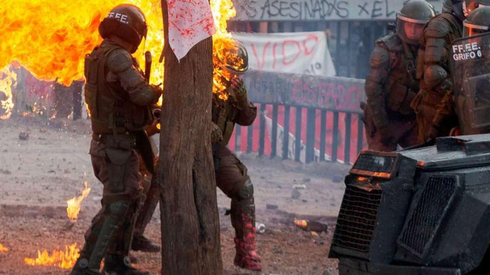 En las protestas de Chile quemaron dos carabineras con bombas molotov