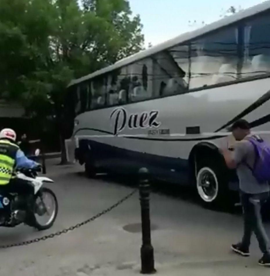 Otra vez un colectivo de gran porte se atascó en las calles céntricas