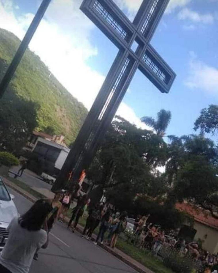 Feministas le prendieron fuego a la cruz del Paseo Güemes