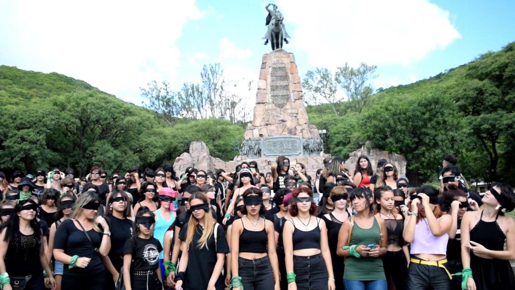 """Video: en Salta se reprodujo el himno feminista """"Un violador en tu camino"""""""