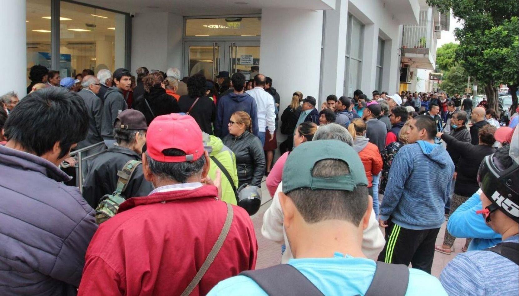 Por incidentes en las puertas del Banco Macro debieron cerrar la sucursal de Tartagal