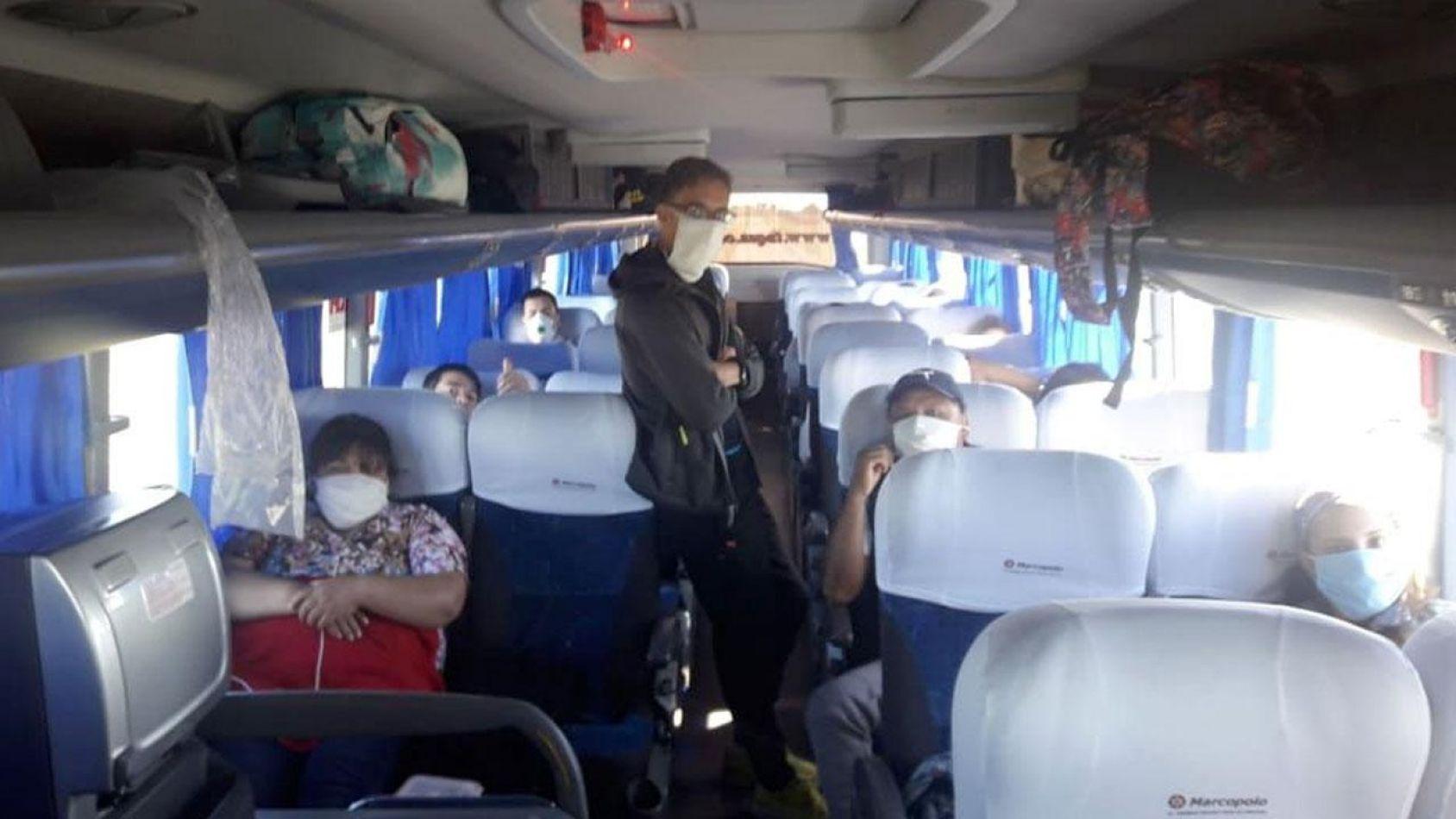 Hace más de dos días que repatriados salteños no pueden bajar del colectivo, en Metán