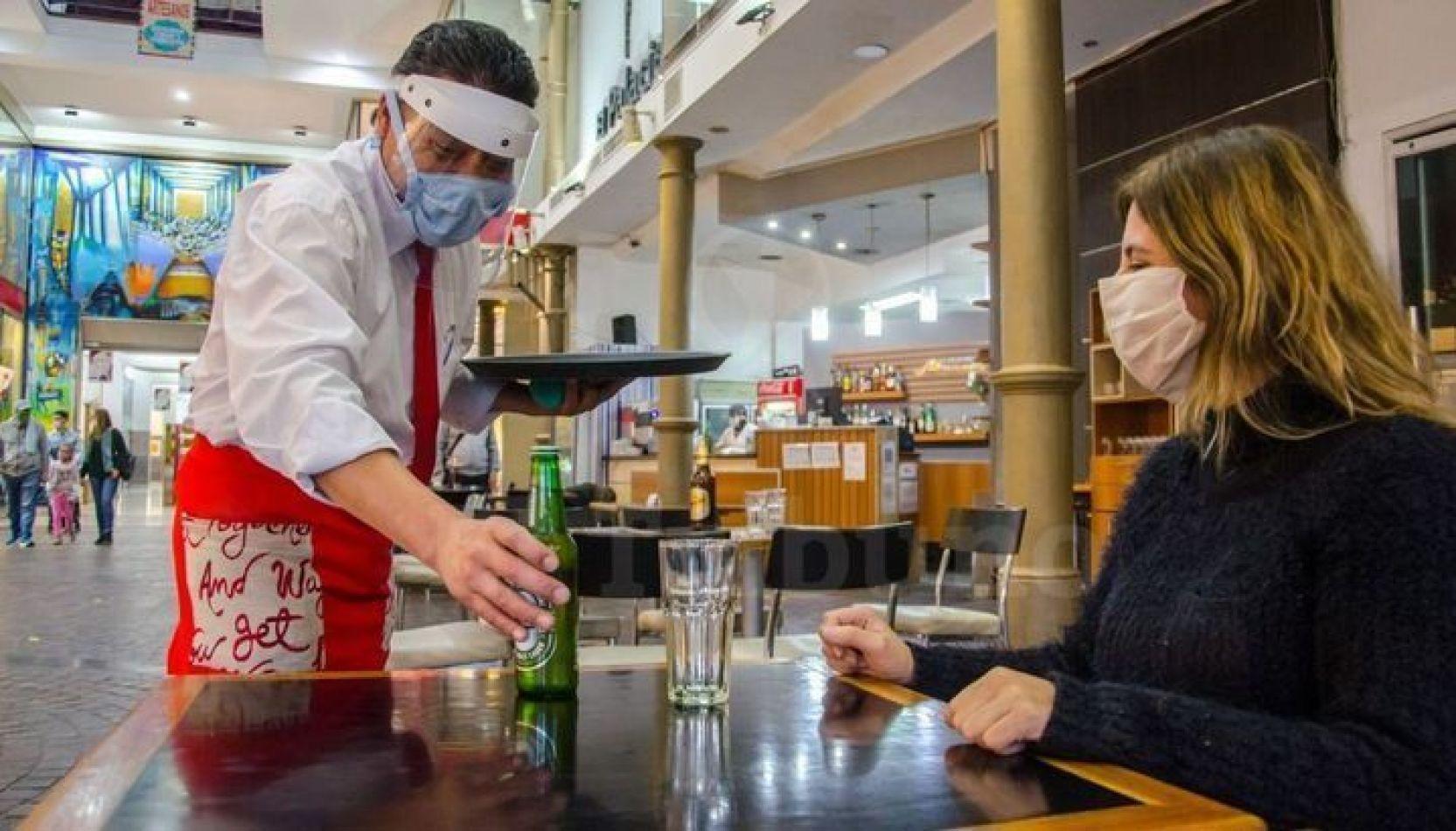 La actividad gastronómica seguirá funcionando, bajo estrictos controles sanitarios