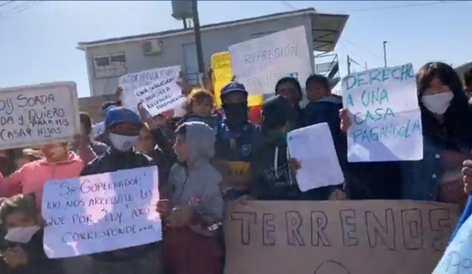 """[VIDEO] Tensión en la protesta de asentados en Parque La Vega: """"No queremos nada gratis"""""""