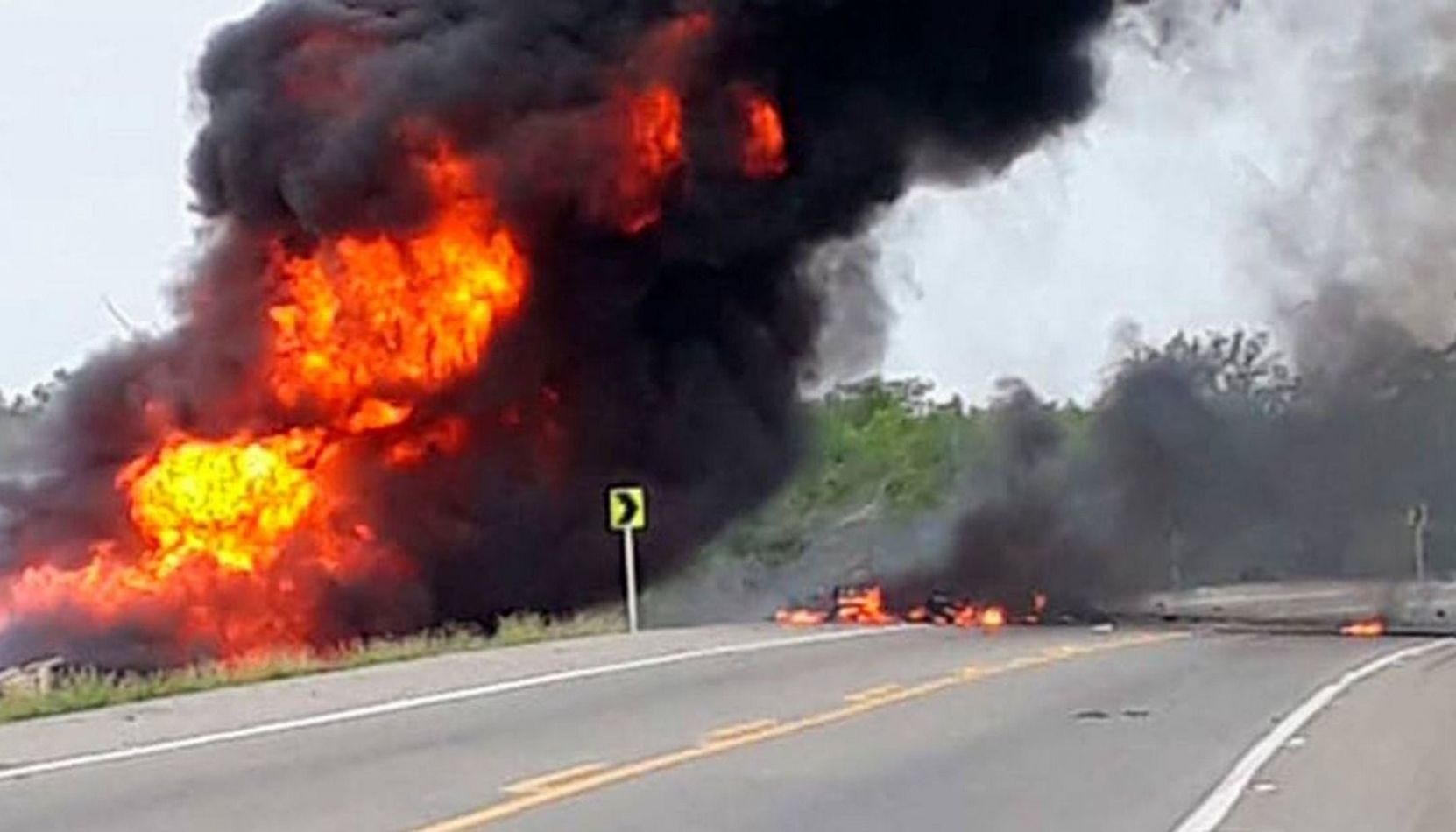 VIDEO Al menos diez muertos y 49 heridos al explotar un camión cisterna con combustible