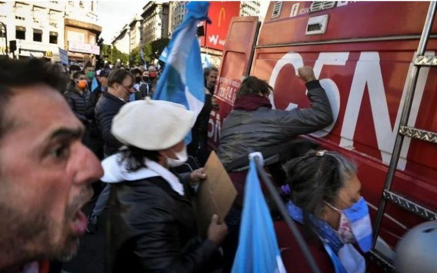 Violento ataque a móvil de C5N: destrozaron el vehículo y amenzaron a periodistas