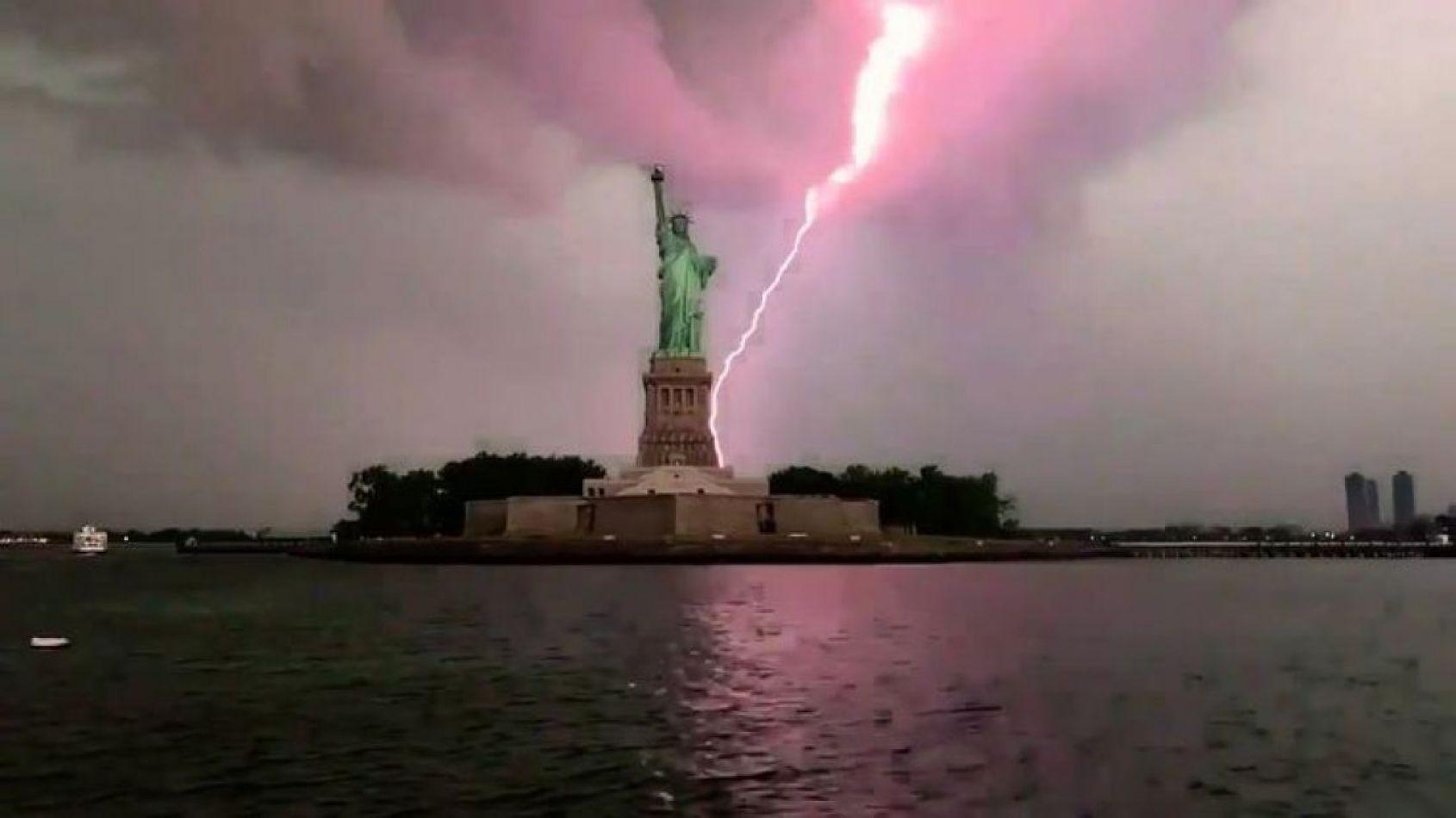 Cayó un rayo sobre la estatua de la Libertad