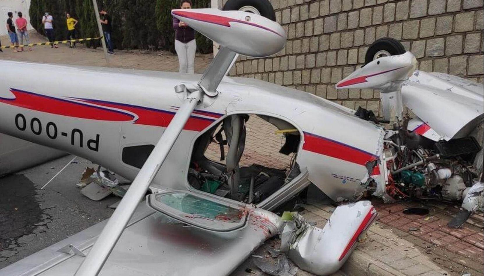 VIDEO Impresionante: una avioneta se estrelló en medio de una calle en Brasil