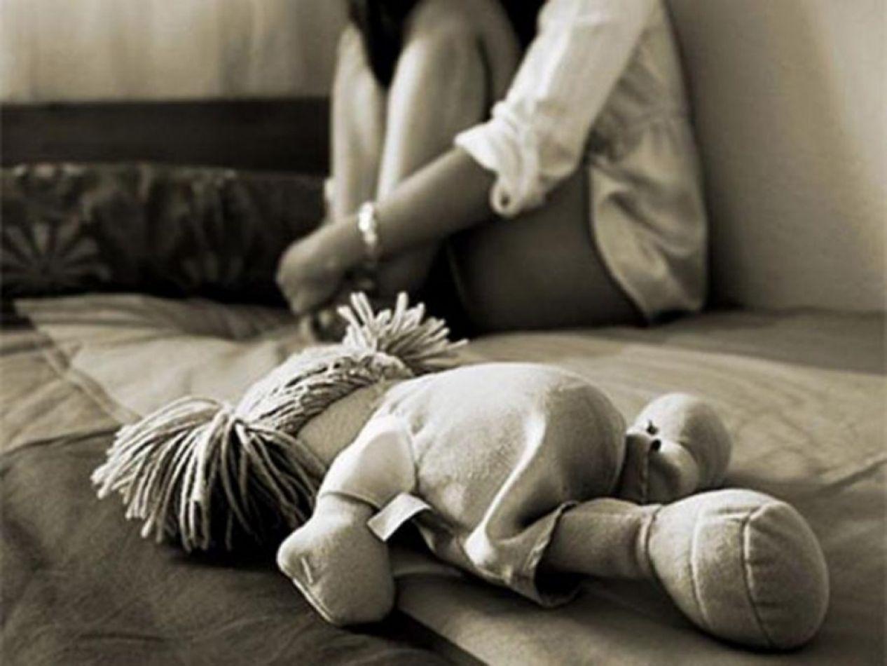 Abusaba de su hija mientras le daba la mamadera
