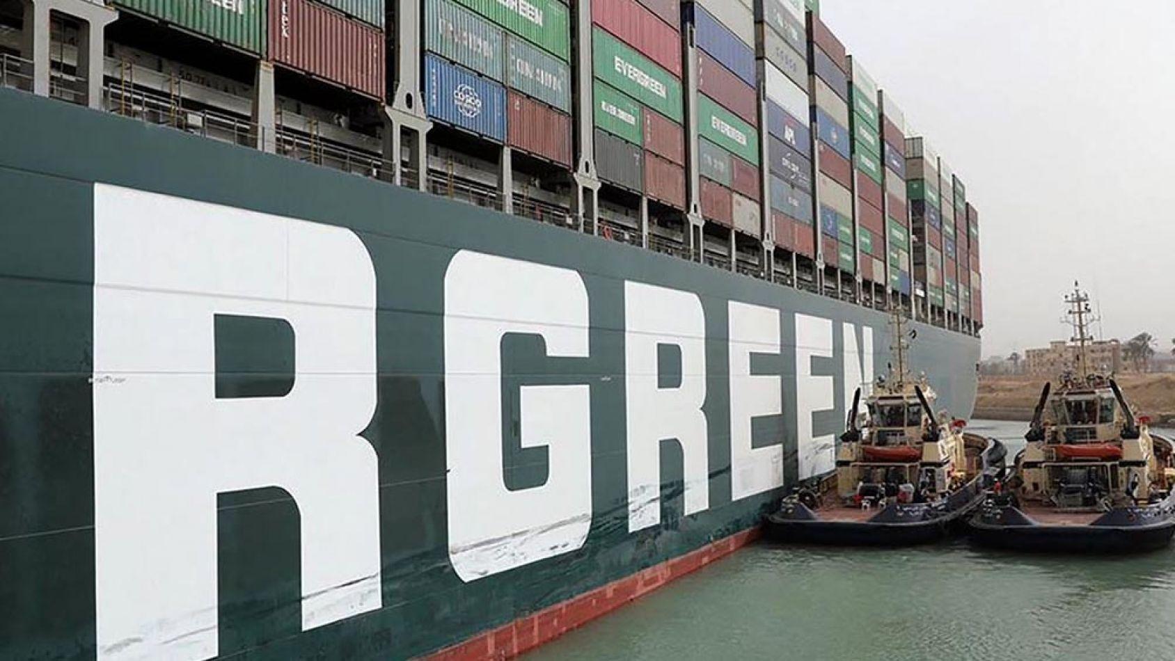 Suspendieron la navegación por el Canal de Suez por un buque encallado