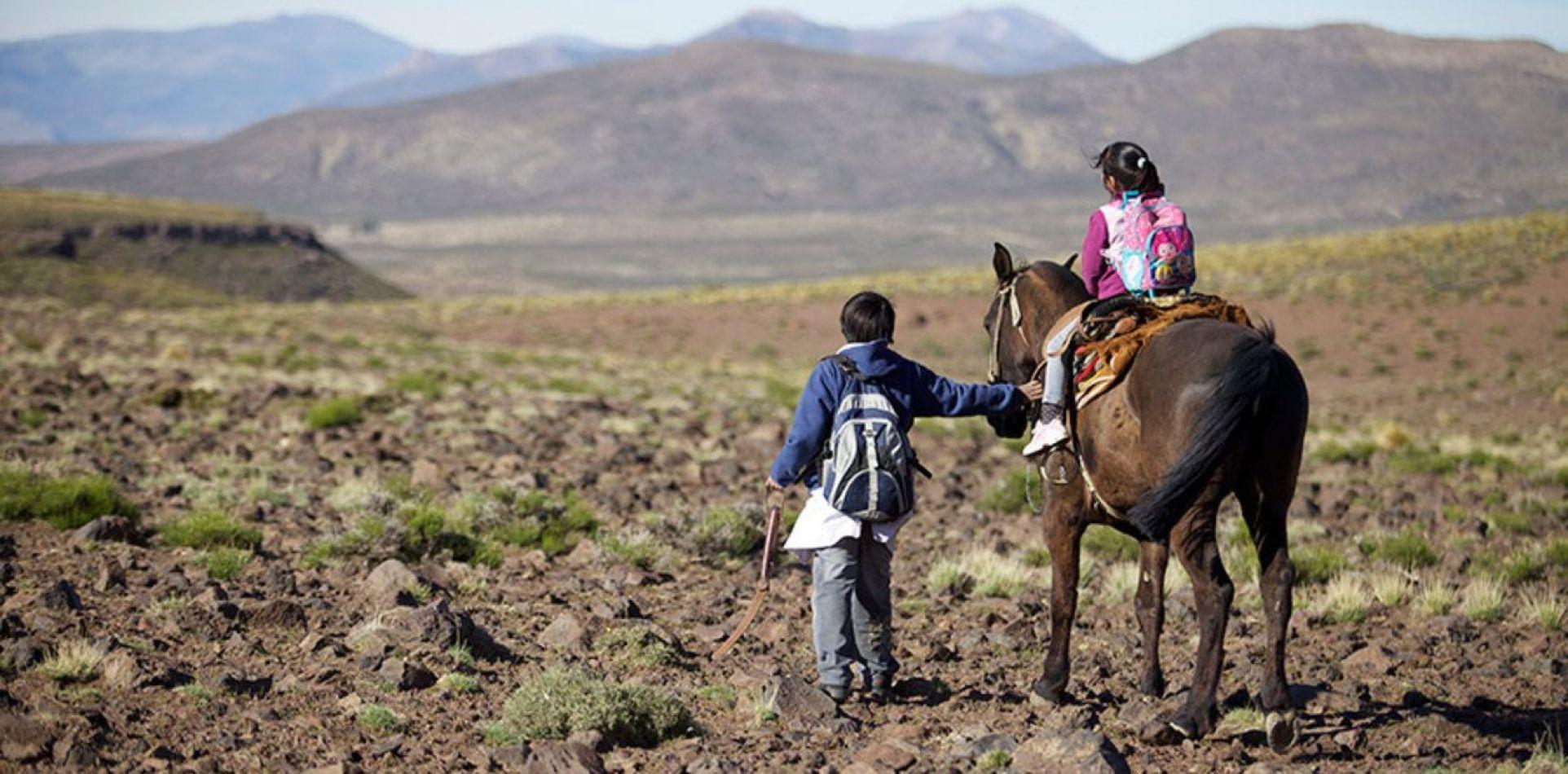 En Salta un alumno rural primario camina para ir a la escuela casi tres horas, y uno secundario, cinco.