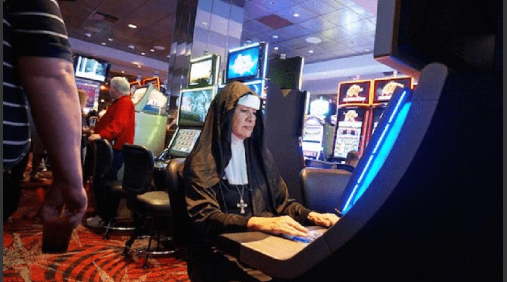 """Monja con """"hábitos"""" de juego se robo 836 mil dólares de un colegio y se los """"patinó"""" en un casino"""