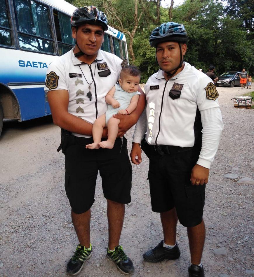 Dos Bicipolicías le salvaron la vida a un bebé cuando se ahogaba en San Lorenzo
