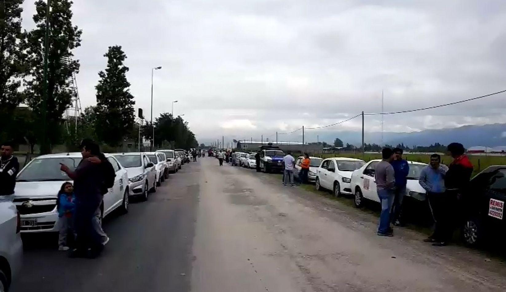 En medio del conflicto con transportistas jujeños, remiseros marchan contra la AMT