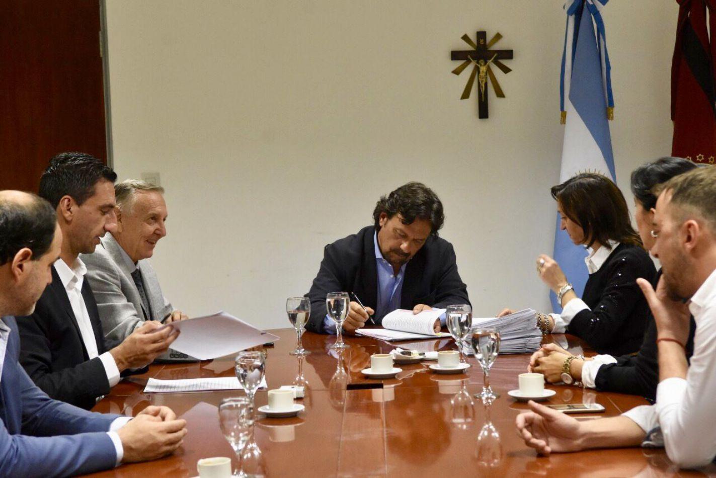 Sáenz firmó escrituras para la regulación dominial de los barrios 23 de Agosto y La Rivera